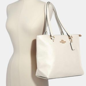 Authentic Coach pebbled leather zip top tote ❤️